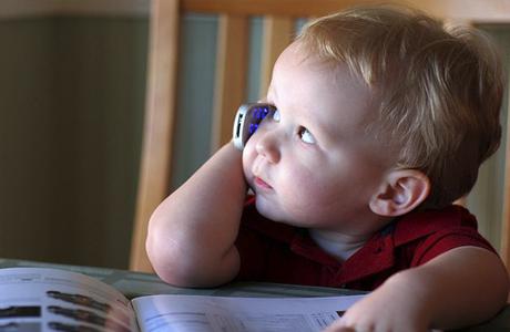 Научить малыша пользоваться телефоном