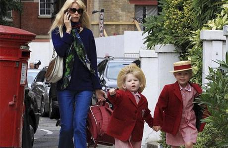 Она отвозит детей в школу