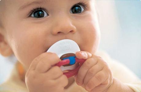 Отучай своего ребенка от соски-пустышки