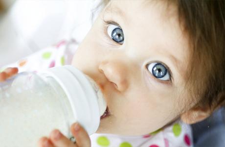 Следи чтобы малыш пил