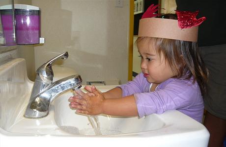 Тщательно мой руки с мылом