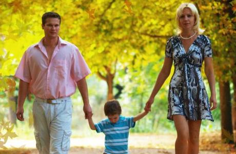 Во время прогулок - держи ребенка за руку