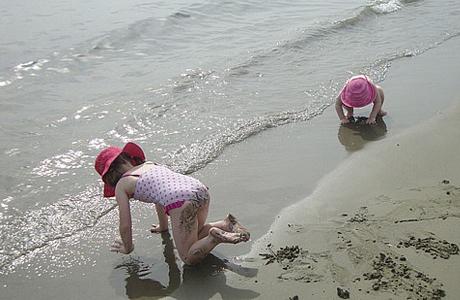 Игры с водой на берегу