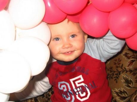 Ребенок взял шарики