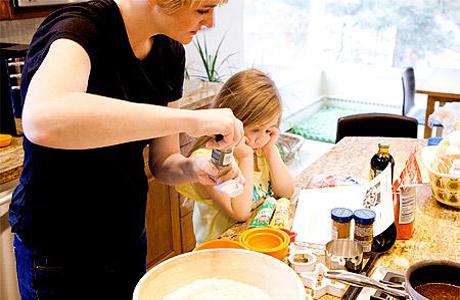 Мамина помощница, как научить дочь готовить