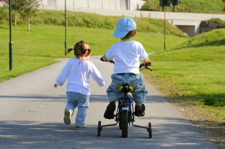Осваивает велосипед