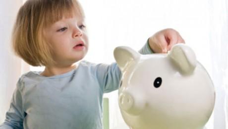 Малыш изучает цену деньгам