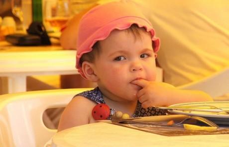 Малыш скучает в кафе