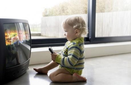Реклама завораживает ребенка