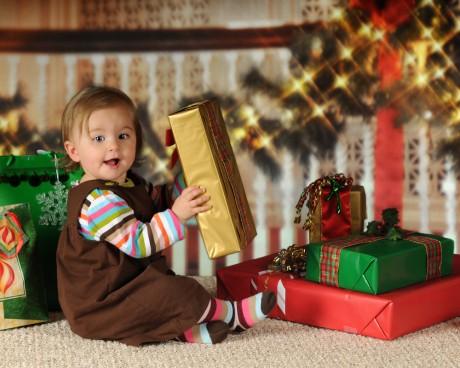 Малыш подарки и Рождество