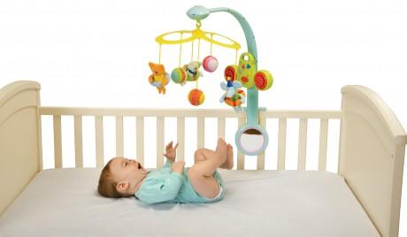 Яркие игрушки для малыша
