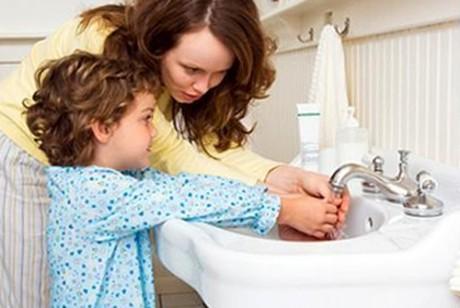 Когда мыть руки малышу