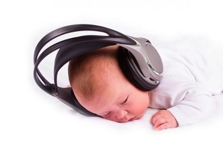 Недоношенные дети слушают музыку