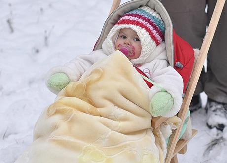Гулять с ребенком зимой необходимо