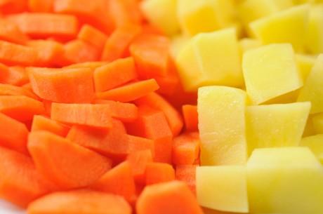 Разложи на столе кубики вареного картофеля, морковки