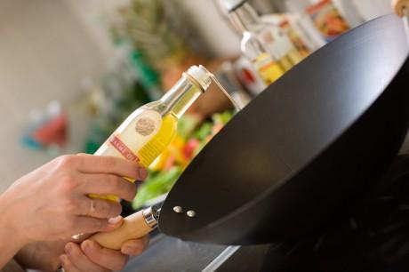 Не стоит обильно поливать маслом поверхность сковороды
