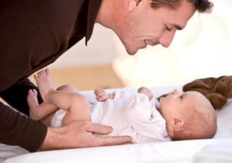 У новоиспеченных отцов снижается уровень тестостерона