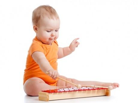 Слух у малыша развивает музыка
