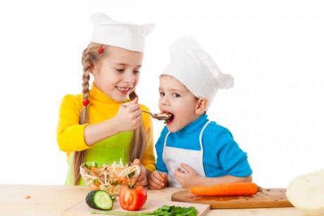 Ребенок требует кормить его из ложечки