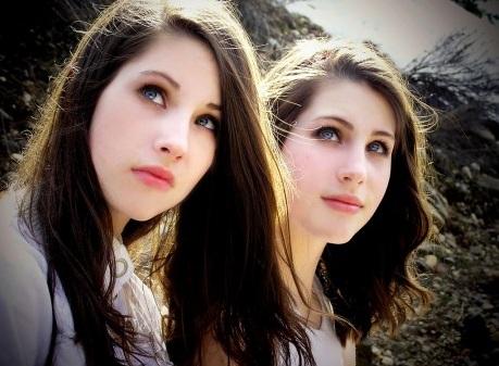 Однояйцевые близнецы впервые встретились в 24 года