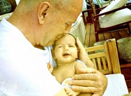 Брюс Уиллис в четвертый раз стал отцом дочки