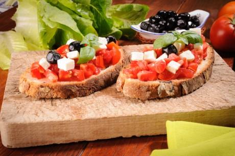 Цельнозерновой хлеб и свежие овощи - полезны