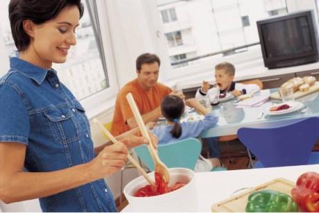 Обеды всей семьей улучшают пищеварение у деток